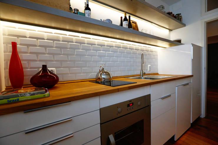 Uma atmosfera moderna num fundo antigo: Cozinhas  por Architect Your Home