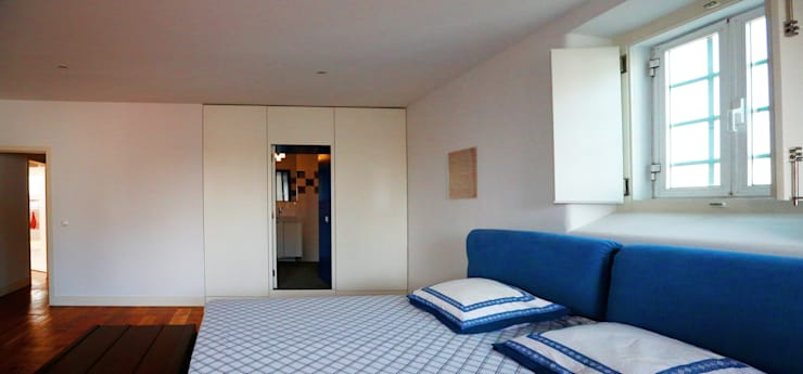 Uma atmosfera moderna num fundo antigo: Quartos  por Architect Your Home