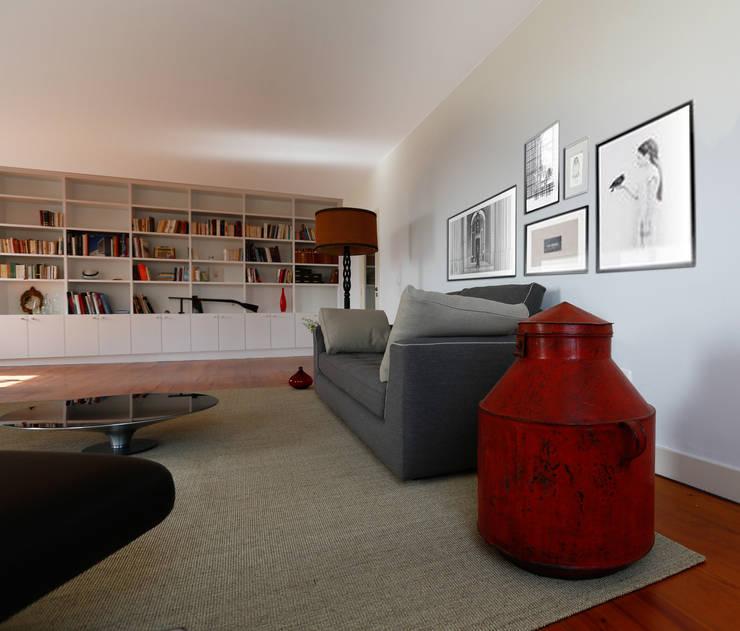 Uma atmosfera moderna num fundo antigo: Salas de estar  por Architect Your Home