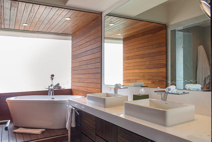 Departamento Altus : Baños de estilo  por Hansi Arquitectura