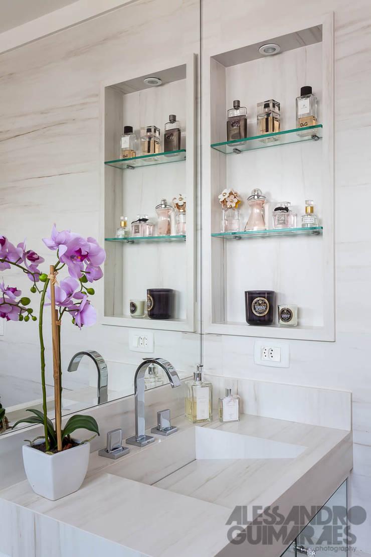 APARTAMENTO 1: Banheiro  por Martins Valente Arquitetura e Interiores