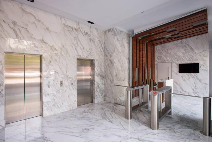 Стены в . Автор – Hansi Arquitectura , Модерн