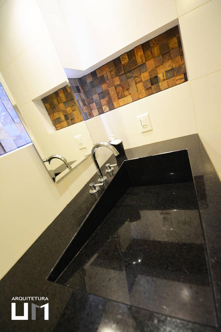 Apartamento DE: Banheiros  por Arquitetura 1,