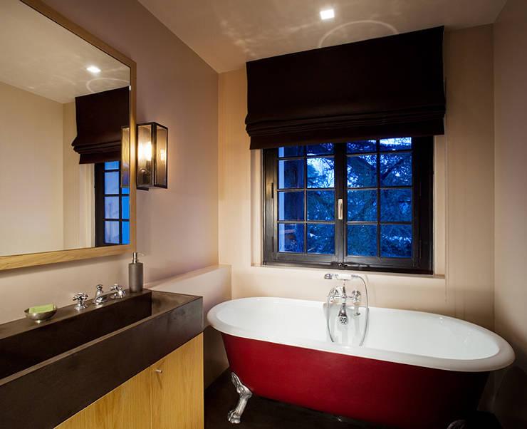 Villa Genève: Salle de bains de style  par Peter Kammermann Décorateur