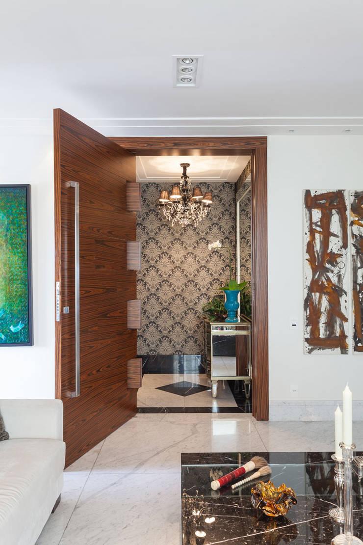 APARTAMENTO 2: Corredor, vestíbulo e escadas  por Martins Valente Arquitetura e Interiores