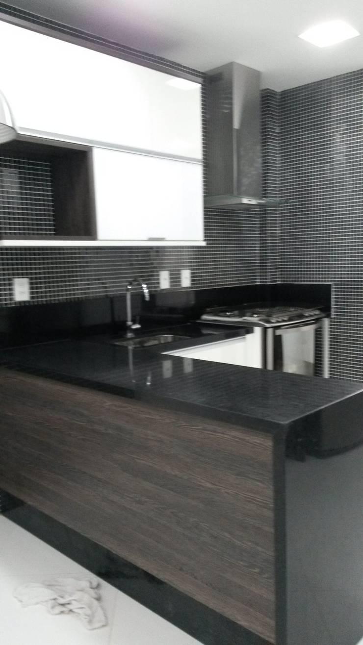 balcão cozinha: Cozinhas  por L N arquitetos,