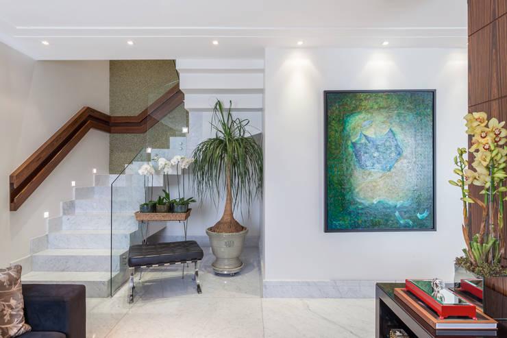Vestíbulos, pasillos y escaleras de estilo  por Martins Valente Arquitetura e Interiores