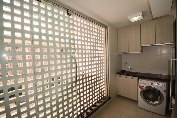 http://www.arquitetura1.com.br/#!apartamento-em-contemporaneo/c5hz: Banheiros  por Arquitetura 1
