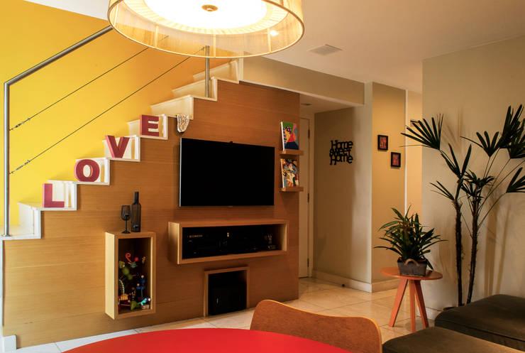 Rack sala: Salas de estar modernas por CORES - Arquitetura e Interiores