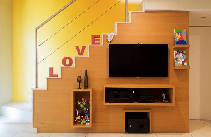 LOVE: Sala de estar  por CORES - Arquitetura e Interiores,