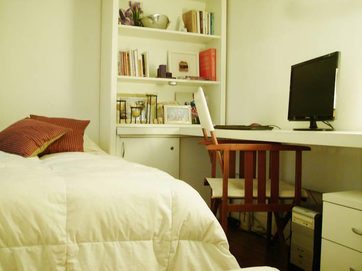 Cama rebatible + biblioteca. Optimización del espacio reducido.: Dormitorios de estilo  por MINBAI