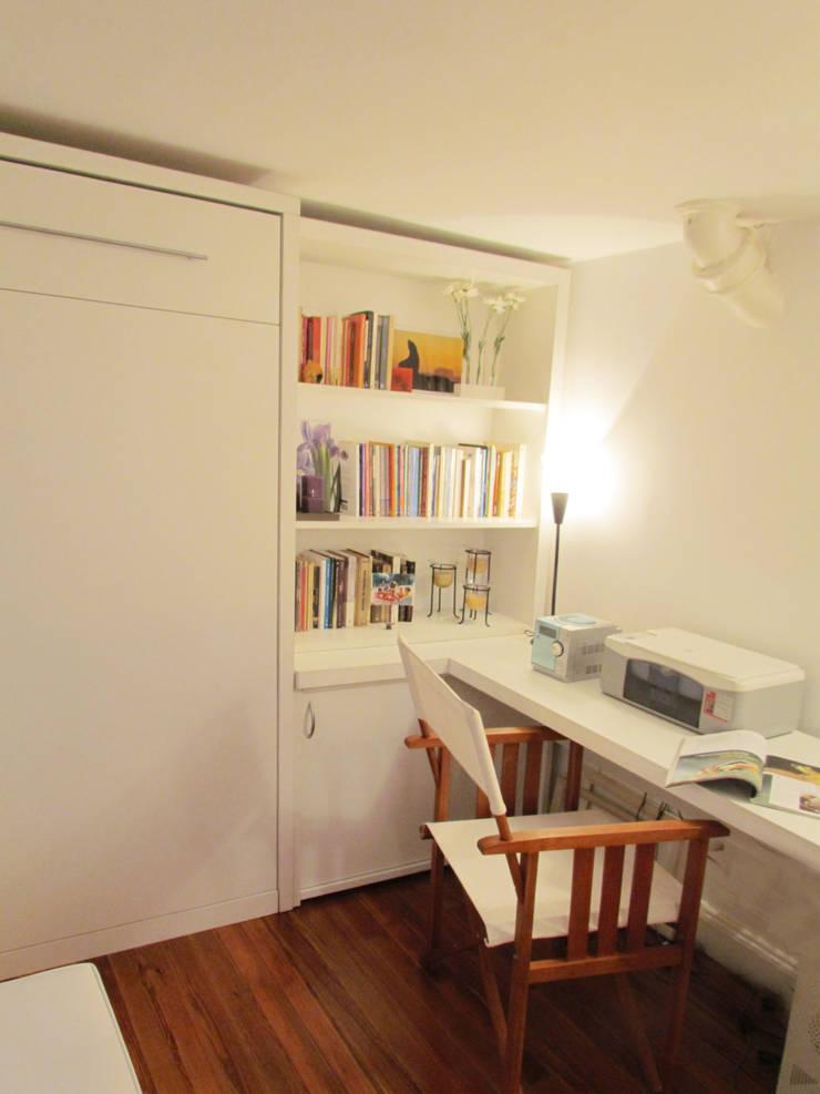 Cama cerrada + biblioteca + escritorio: Estudios y oficinas de estilo  por MINBAI