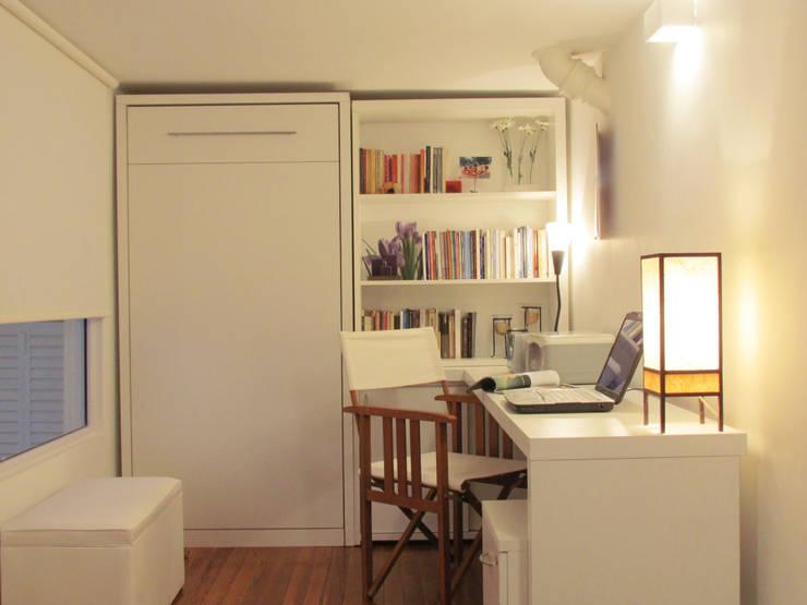Cama rebatible + biblioteca + escritorio: Dormitorios de estilo  por MINBAI