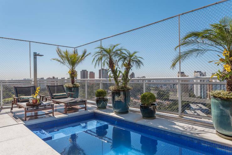 modern Pool by Martins Valente Arquitetura e Interiores