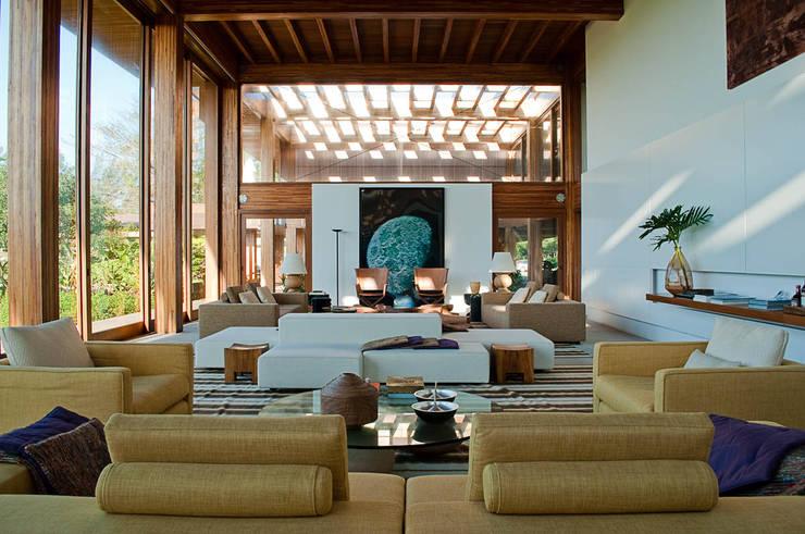 Casa Búzios: Salas de estar  por Toninho Noronha Arquitetura