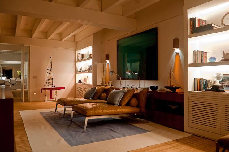 Casa Búzios: Salas multimídia  por Toninho Noronha Arquitetura