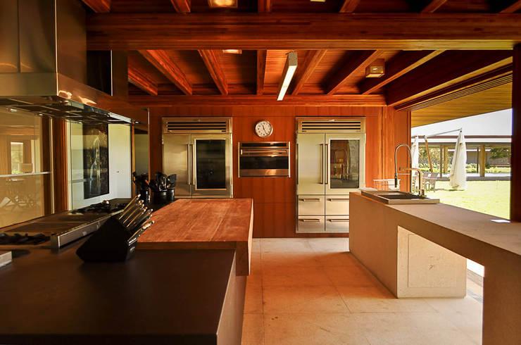 Casa Búzios: Cozinhas  por Toninho Noronha Arquitetura