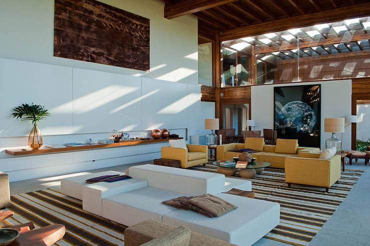 Casa Búzios: Salas de estar modernas por Toninho Noronha Arquitetura