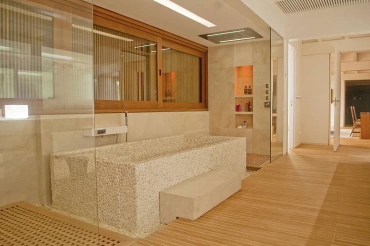 Casa Búzios: Banheiros modernos por Toninho Noronha Arquitetura