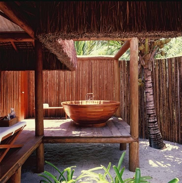 Casa Trancoso: Banheiros  por Toninho Noronha Arquitetura,