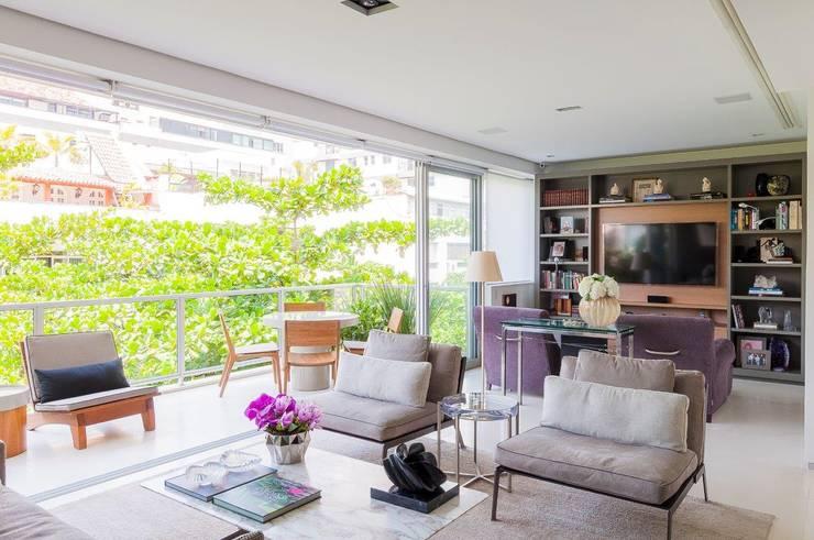 Cobertura Ipanema: Salas de estar  por Toninho Noronha Arquitetura