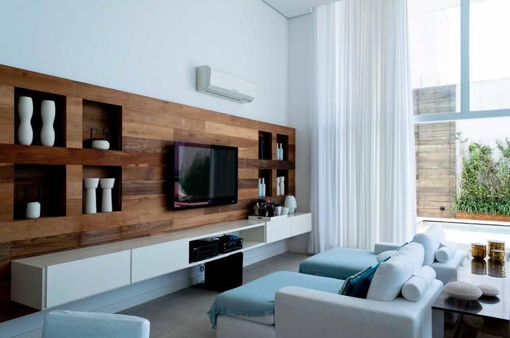 Cobertura Riviera Salas multimídia modernas por Toninho Noronha Arquitetura Moderno