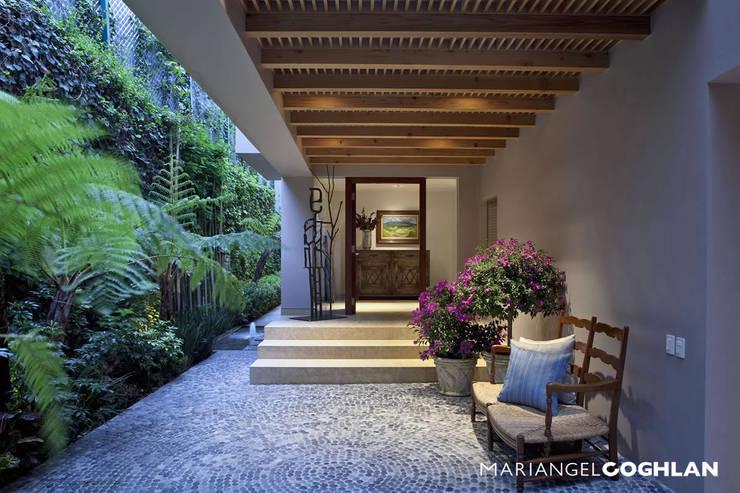 Pasillos y hall de entrada de estilo  por MARIANGEL COGHLAN