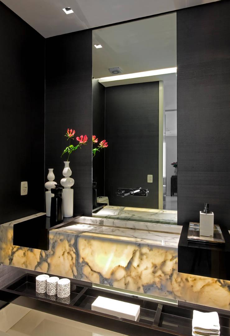 apartamento jardins: Banheiros  por Toninho Noronha Arquitetura