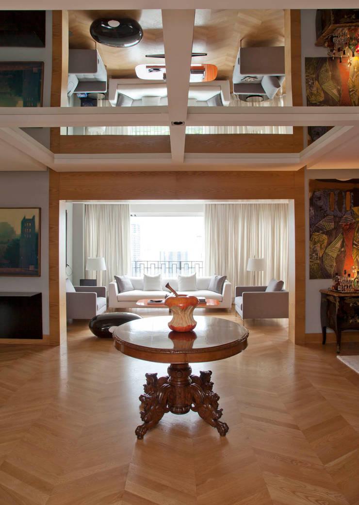 Apartamento Cidade Jardim: Corredores e halls de entrada  por Toninho Noronha Arquitetura,Moderno