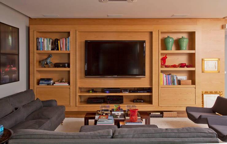 Salas multimedia de estilo  por Toninho Noronha Arquitetura