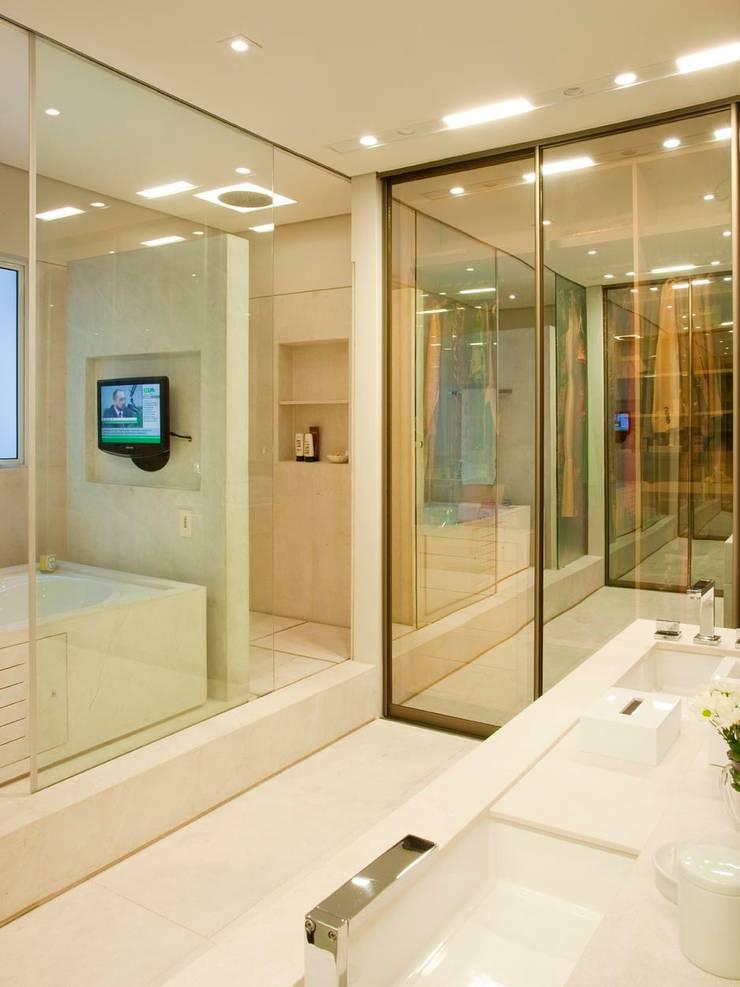 Apartamento Leblon: Banheiros  por Toninho Noronha Arquitetura