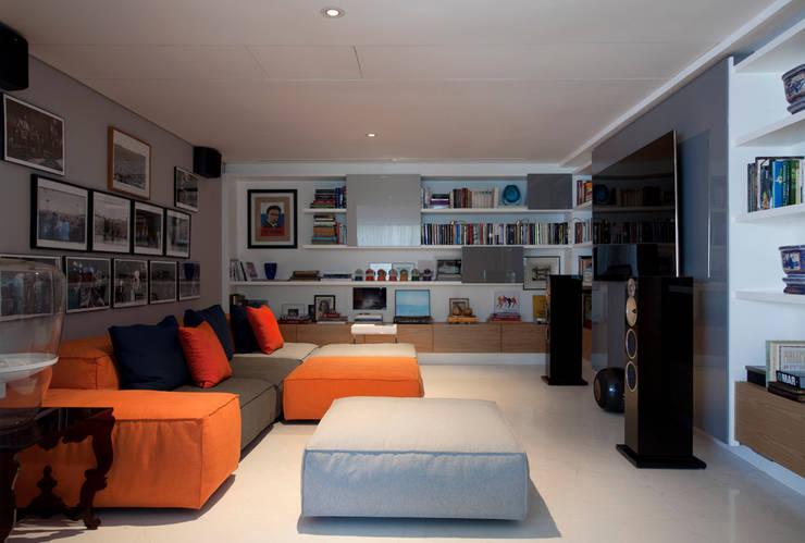 Loft Itaim: Salas multimídia  por Toninho Noronha Arquitetura