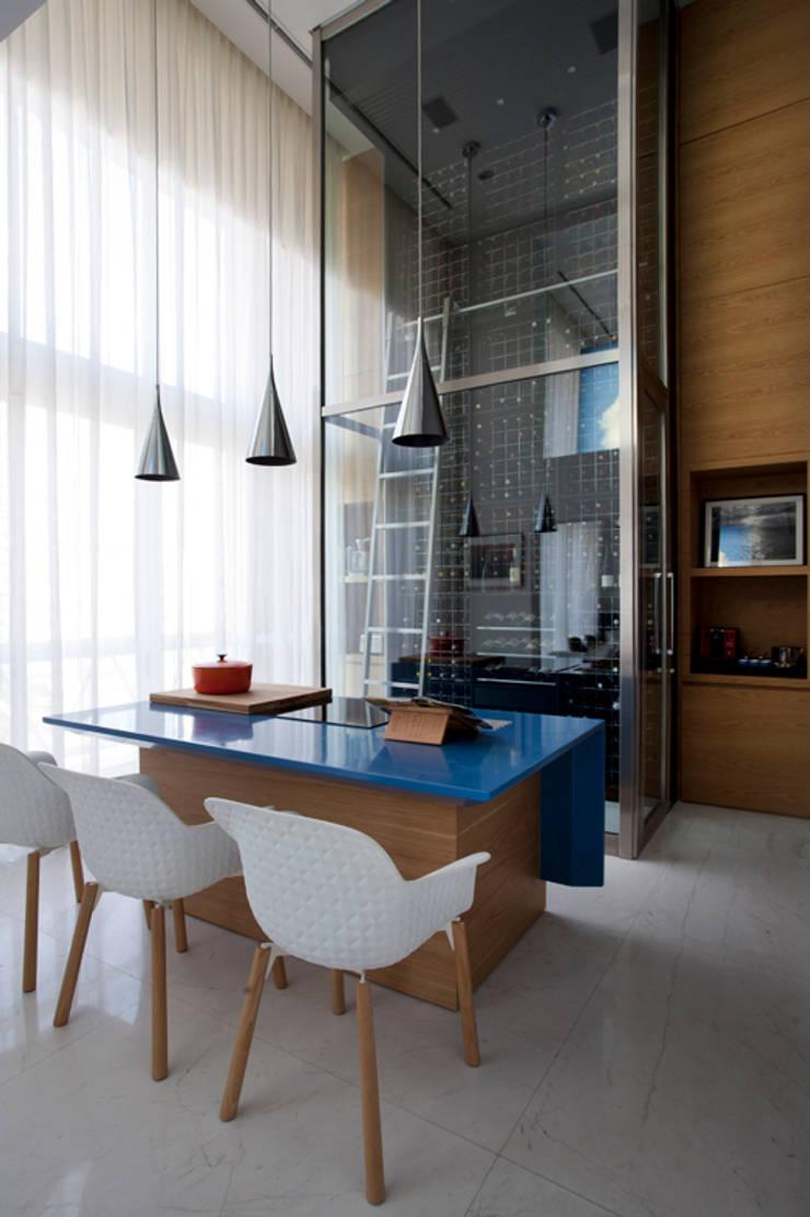 Loft Itaim: Adegas  por Toninho Noronha Arquitetura