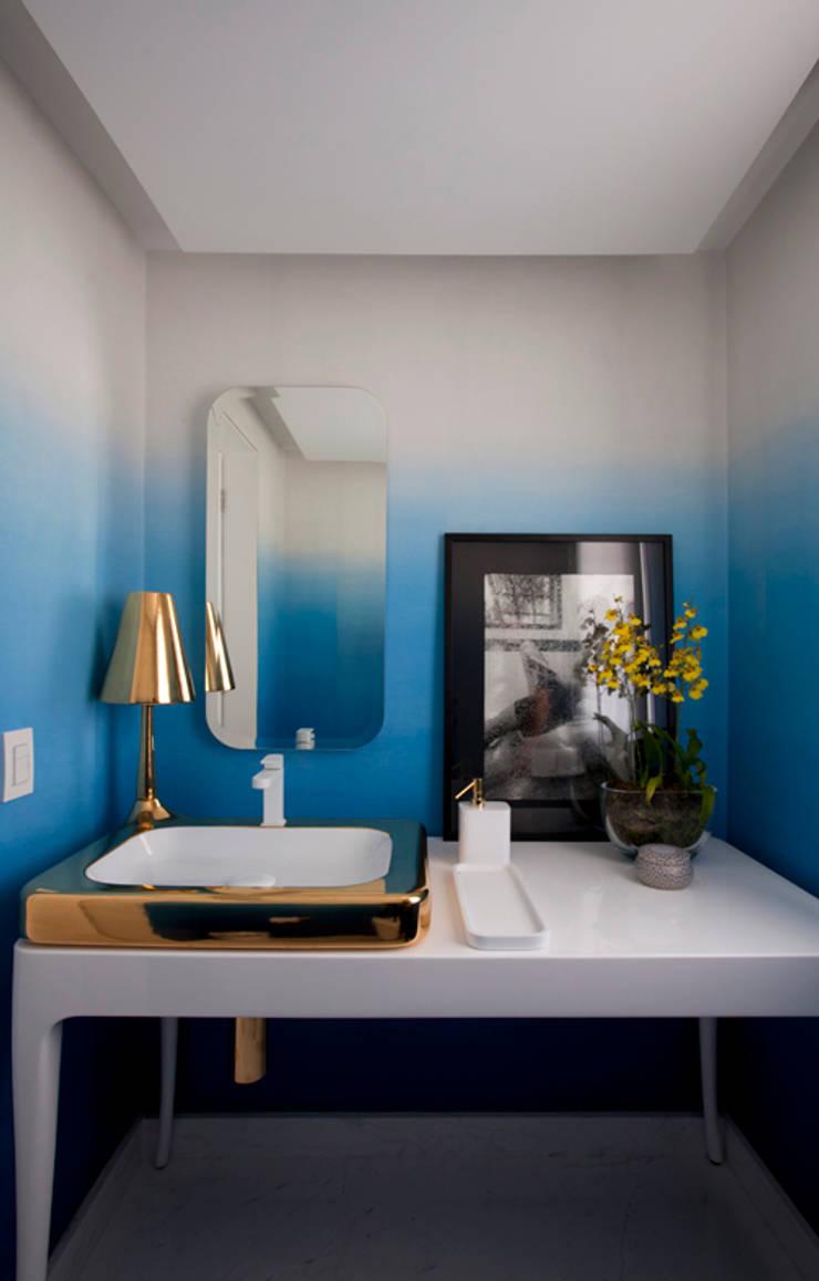 Loft Itaim: Banheiros  por Toninho Noronha Arquitetura