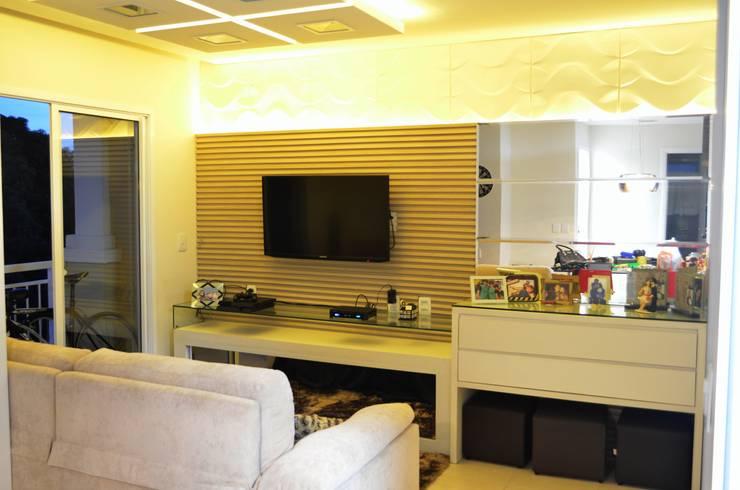 Sala de Estar: Sala de estar  por IN Arquitetura e Interiores
