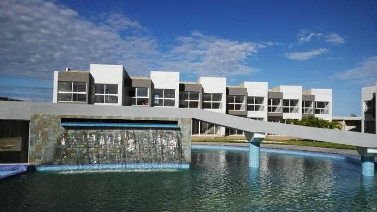 Vista Real desde la piscina del conjunto Costa Blanca: Piscinas de estilo  por Grupo JOV Arquitectos