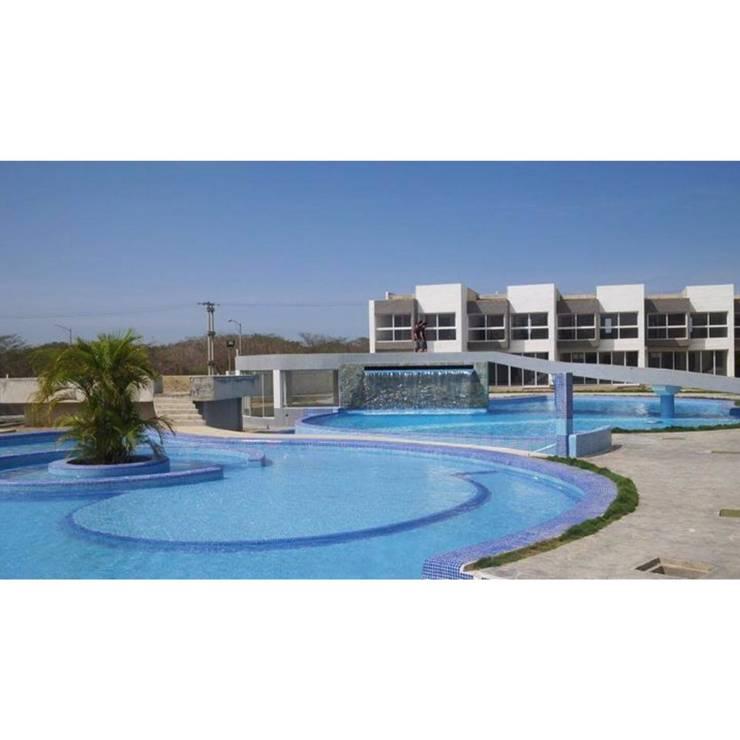 Vista Real de la Piscina  del conjunto Costa Blanca: Piscinas de estilo  por Grupo JOV Arquitectos