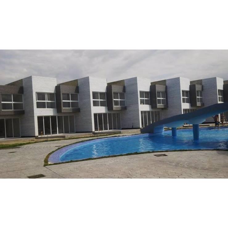 Vista Real de las casas  del conjunto Costa Blanca: Casas de estilo minimalista por Grupo JOV Arquitectos