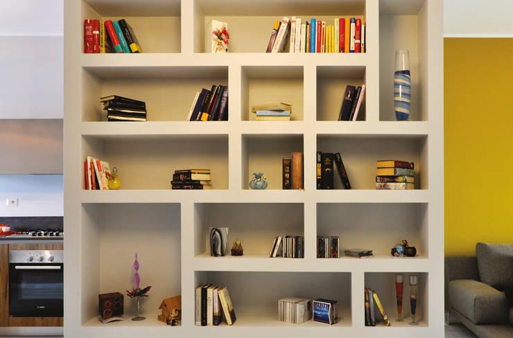 Ristrutturazione SG: Soggiorno in stile  di arCMdesign - Architetto Michela Colaone