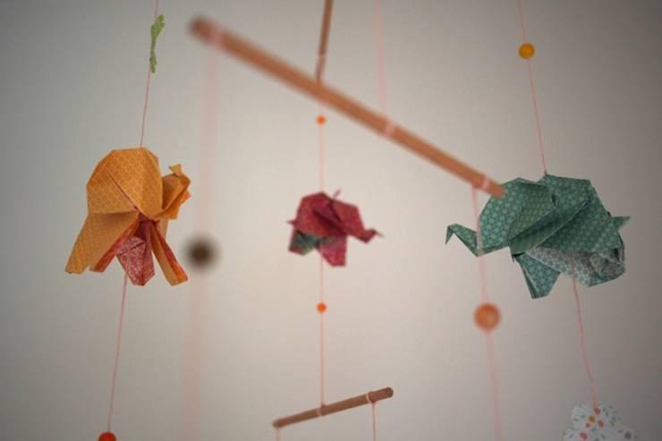 Mobile origami éléphants: Chambre d'enfants de style  par MiZenpli