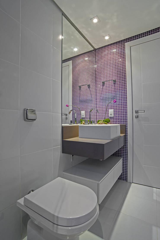 APARTAMENTO HB: Banheiros  por Studio Boscardin.Corsi Arquitetura