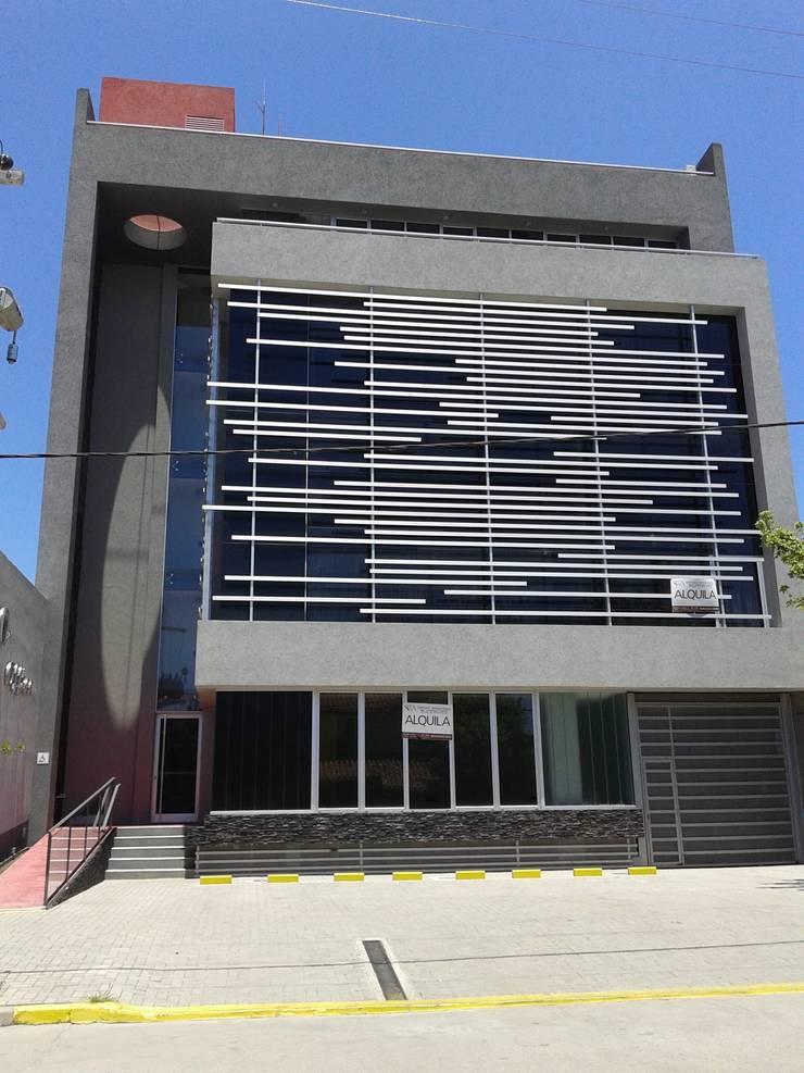 FACHADA PRINCIPAL: Estudios y oficinas de estilo  por VILARRODONA ARQUITECTOS