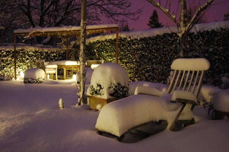 Garten unter Schneedecke:  Garten von GARDOMAT - Die Gartenideenmacher