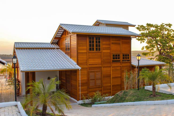 Fachada Posterior:   por CASA & CAMPO - Casas pré-fabricadas em madeiras