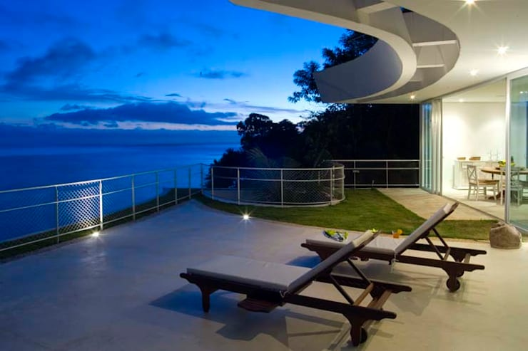 Casa Cassemunha (Ilha Bela): Casas  por Enrico Benedetti Arquitetos