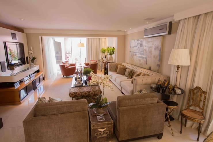 Living Room: Salas de estar clássicas por Piloni Arquitetura