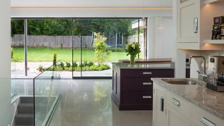 Open Plan Kitchen - Dining Room: modern Kitchen by Wildblood Macdonald
