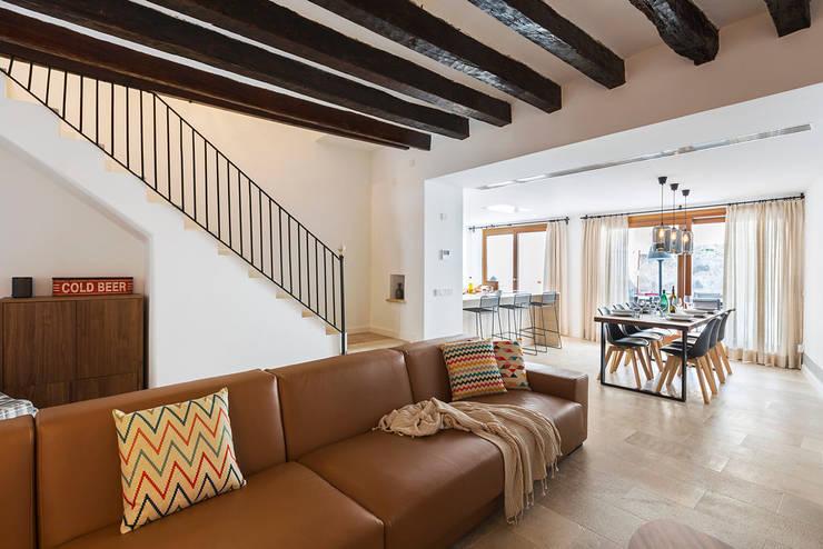 Casa Pollensa DB: Salones de estilo moderno de ISLABAU constructora