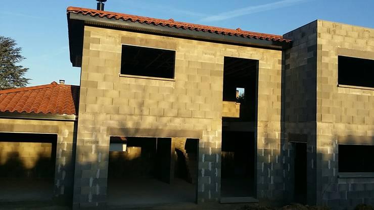 Maison semi-contemporaine en construction: Maisons de style de style Industriel par Concept Creation