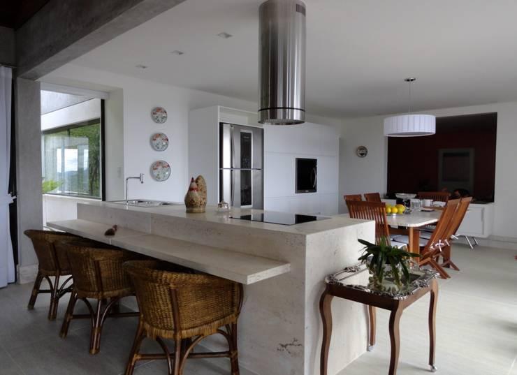 Casa Juiz de Fora – MG: Cozinhas  por DG Arquitetura + Design